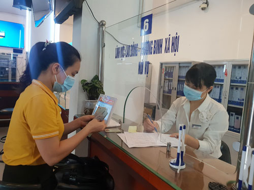 Người lao động nhận hỗ trợ tại bộ phận một cửa của quận Hà Đông, TP Hà Nội