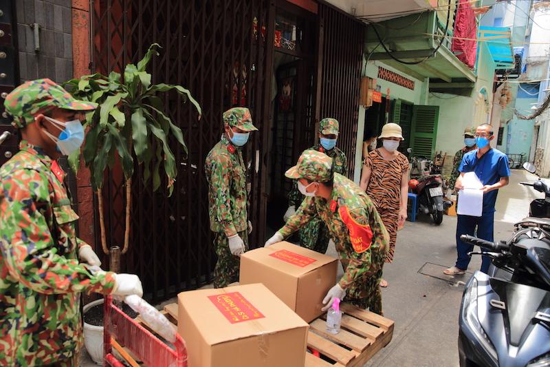Các chiến sĩ đã hỗ trợ vận chuyển nhu yếu phẩm đến từng nhà