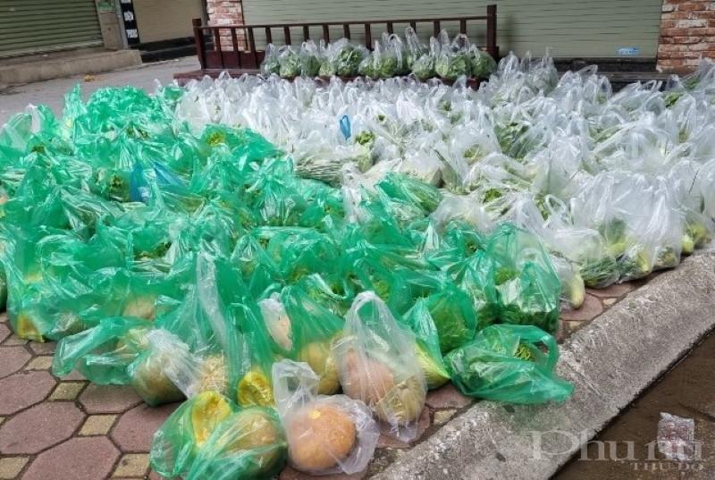Đến nay đã có gần 1.000 suất quà được chuyển tới các hộ gia đình trong khu vực phong tỏa.