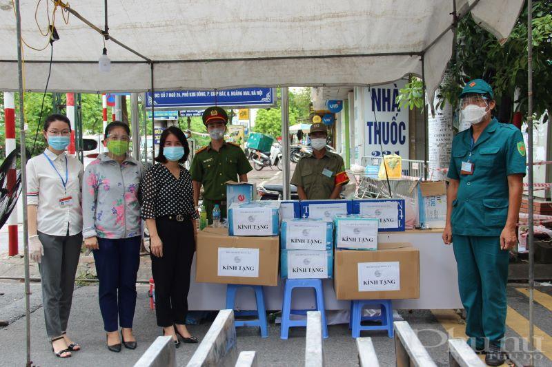 Hội LHPN quận Hoàng Mai gửi tặng kính chống giọt bắn, nước sát khuẩn, nước lọc, sữa cho các lực lượng thực hiện chực trốt tại ngõ 24 Kim Đồng.