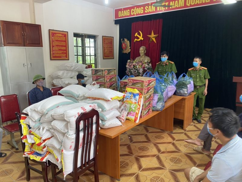 Các nhu yếu phẩm được trao tặng tới đại diện các nhóm thợ