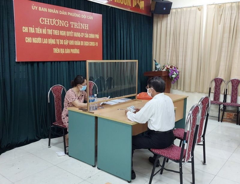 UBND phường Đội Cấn, quận Ba Đình chi trả chế độ cho người dân theo Nghị quyết 68