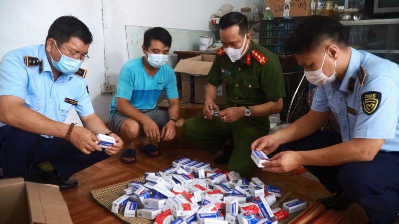 Lực lượng chức năng đang kiểm tra sản phẩm vi phạm về nguồn gốc xuất xứ