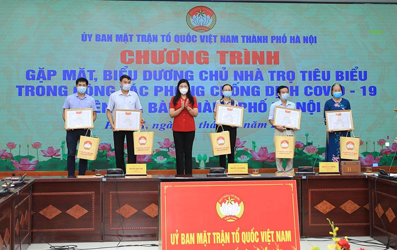 Chủ tịch Ủy ban MTTQ Việt Nam Nguyễn Lan Hương biểu dương cho các chủ nhà trọ tiêu biểu trên địa bàn TP Hà Nội.