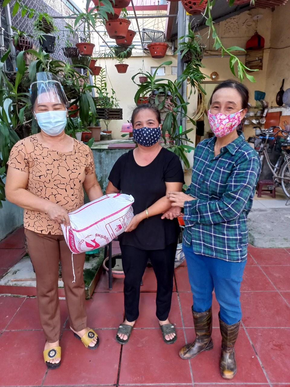 Các chị em tặng gạo, rau cho người lao động di cư, hộ gia đình khó khăn trên địa bàn huyện