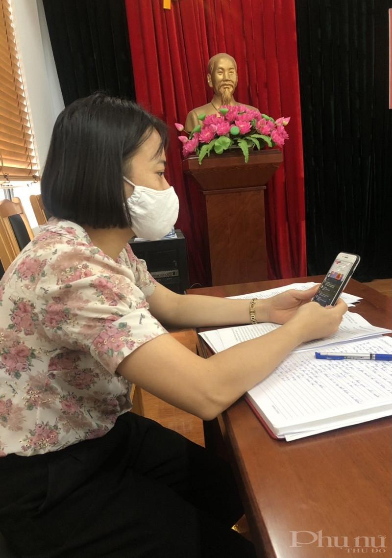 Chị em cán bộ, hội viên phụ nữ huyện Đông  Anh  tham gia hội nghị trực tuyến trên fanpage Hội LHPN Hà Nội