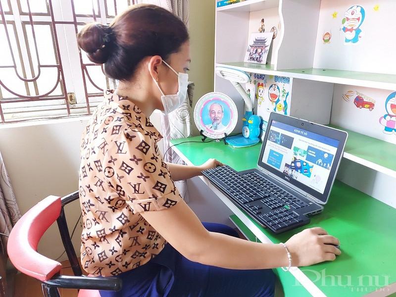 Các cán bộ hội viên phụ nữ huyện Phú Xuyên tham gia hội nghị  trực tuyến tại  gia đình trong thời gian thưc hiện giãn cách xã hội