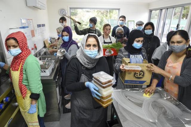 Các tình nguyện viên nhóm Phụ nữ Hồi giáo Hội đồng Victoria chuẩn bị thực phẩm cứu trợ tại Coburg, ngoại ô Melbourne.