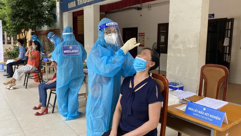 Người dân được lấy mẫu xét nghiệm SARS-CoV-2.