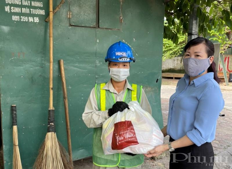 Chị Bùi Thị Ngọc Thúy - Chủ tịch Hội LHPN quận Tây Hồ tặng quà cho nữ công nhân khó khăn trong mùa dịch.
