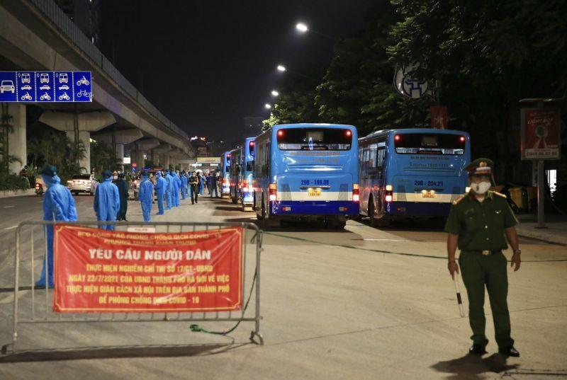 Người dân được hỗ trợ phân luồng lên xe buýt, di chuyển đến ký túc xá Đại học FPT