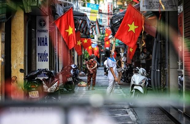 Dù nhiều nơi đang phải phong tỏa do tình hình dịch bệnh phức tạp, người dân vẫn không quên cắm cho nhà mình những lá cờ Tổ quốc chào mừng Ngày Quốc khánh. (Ảnh: Thành Đạt/TTXVN)