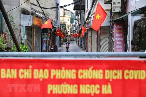 Một con ngõ nhỏ nằm trên đường Hoàng Hoa Thám, quận Ba Đình rợp cờ đỏ chào mừng 76 năm Quốc khánh 2/9. (Ảnh: Thành Đạt/TTXVN)