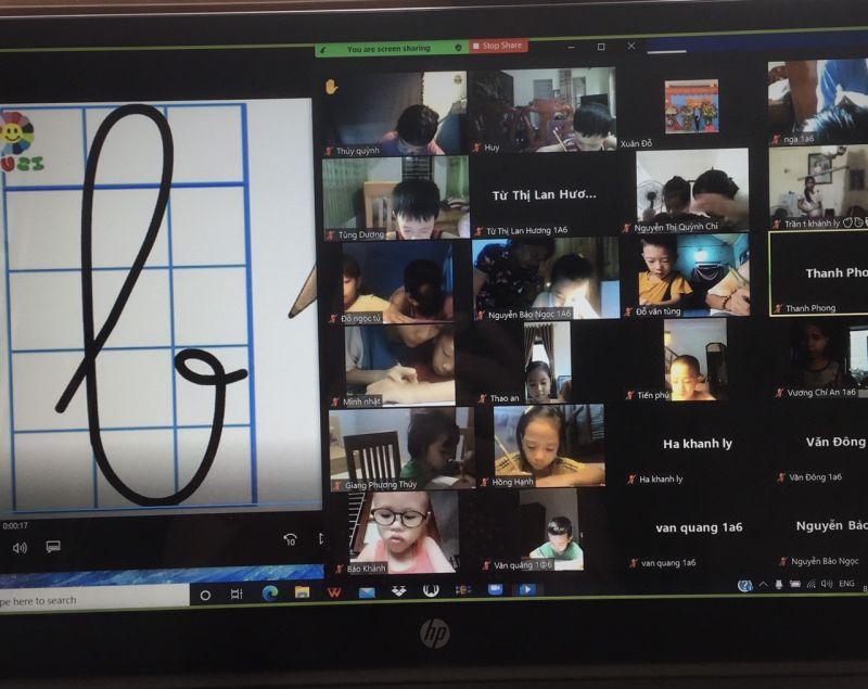 Học sinh lớp 1 trường tiểu học Liên Hiệp, Phúc Thọ được các cô giáo cho làm quen với con chữ theo hình thức trực tuyến với sự hỗ trợ của cha mẹ