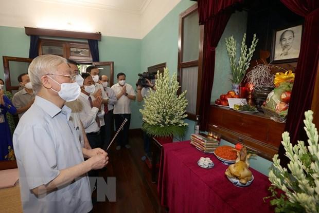 Tổng Bí thư Nguyễn Phú Trọng dâng hương tưởng niệm Chủ tịch Hồ Chí Minh. Ảnh: TTXVN