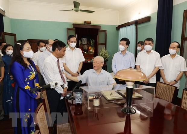 Tổng Bí thư Nguyễn Phú Trọng nói chuyện với các đại biểu và cán bộ , nhân viên Khu Di tích Chủ tịch Hồ Chí Minh tại Phủ Chủ tịch. Ảnh: TTXVN