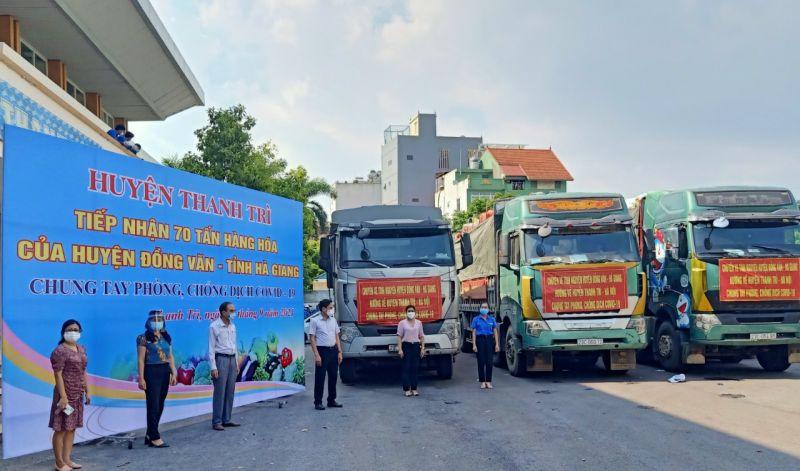 Lãnh đạo huyện Thanh Trì tiếp nhận nông sản do cán bộ và nhân dân Đồng Văn, Hà Giang trao tặng
