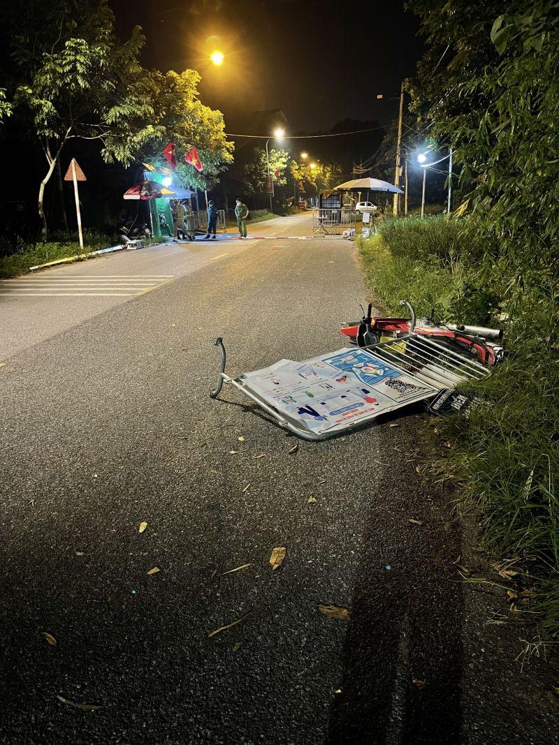Đối tượng Đinh Tiến Bắc đã đâm xe vào rào cứng và một người đang điều khiển xe mô tô đi đường
