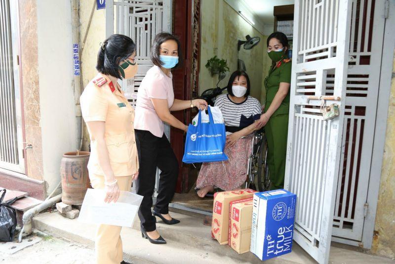 Chị Lại Hà Phương, Chủ tịch Hội LHPN quận Hà Đông thăm hỏi, tặng quà các gia đình người dân gặp khó khăn trên địa bàn quận