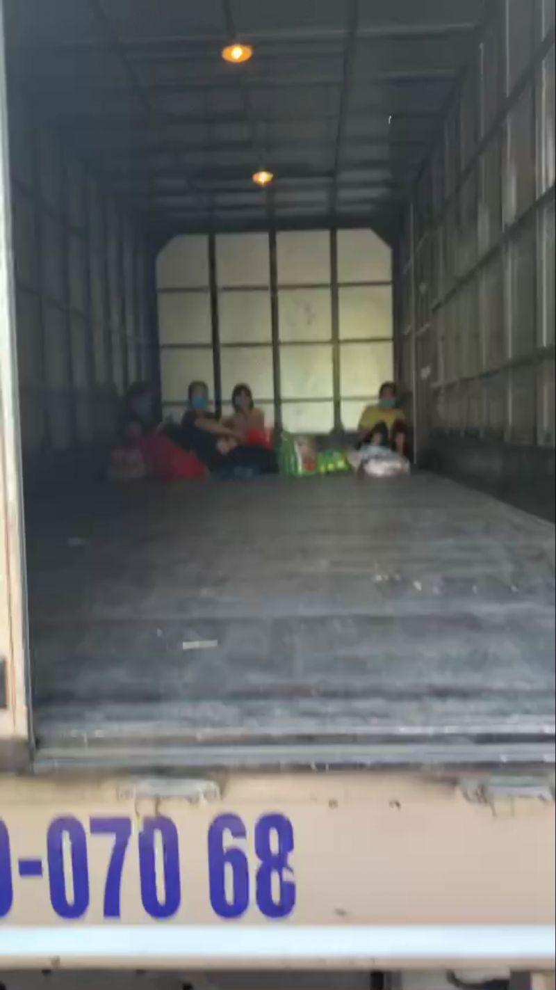 4 nữ công nhân trốn trong thùng xe tải luồng xanh đi làm