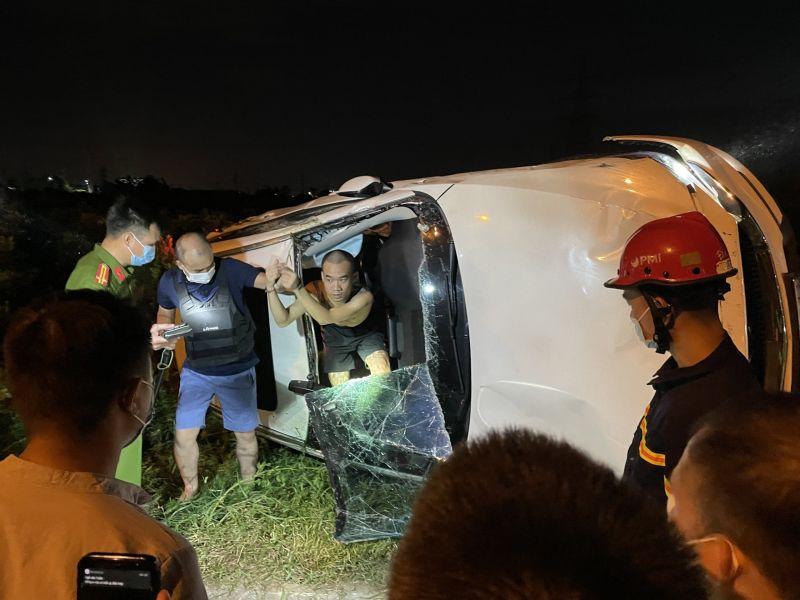 Lực lượng chức năng đưa đối tượng Đinh Tiến Bắc ra khỏi xe
