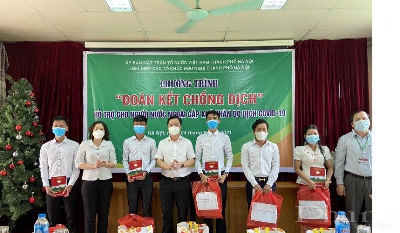Chủ tịch Hội LHPN Việt Nam TP Hà Nội và Phó Chủ tịch Ủy ban MTTQ Việt Nam TP Hà Nội Nguyễn Sỹ Trường trao hỗ trợ cho các sinh viên nước ngoài