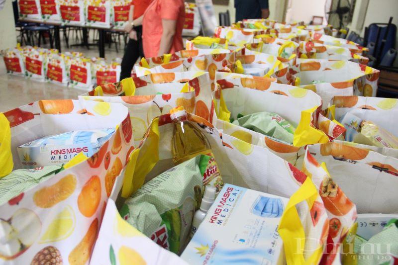 99 suất quà đã được trao cho 99 lưu học sinh Campuchia gồm gạo, dầu ăn, bánh gạo, khẩu trang, sát khuẩn tay.