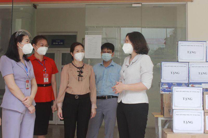 Chủ tịch Hội LHPN TP Hà Nội Lê Kim Anh thăm hỏi, động viên các cán bộ lãnh đạo quận Thanh Xuân và phường Thanh Xuân Nam trong công tác phòng, chống dịch bệnh Covid-19