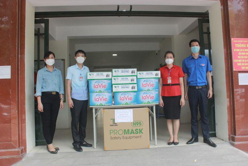 Hội LHPN quận Thanh Xuân phối hợp cùng Đoàn Thanh niên quận trao quà cho 11 phường
