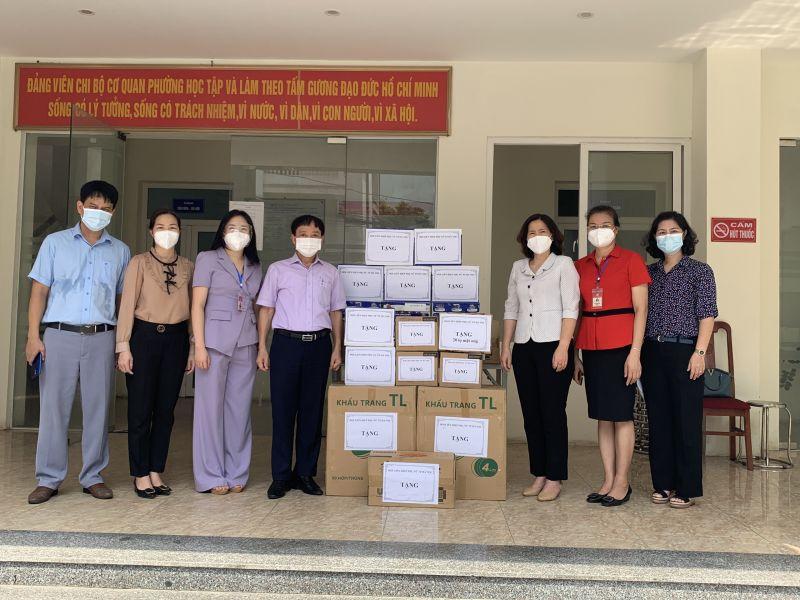 Lãnh đạo Hội LHPN TP Hà Nội trao những phần quà cho các lực lượng tuyến đầu chống dịch tại phường Thanh Xuân Nam, quận Thanh Xuân, Hà Nội.