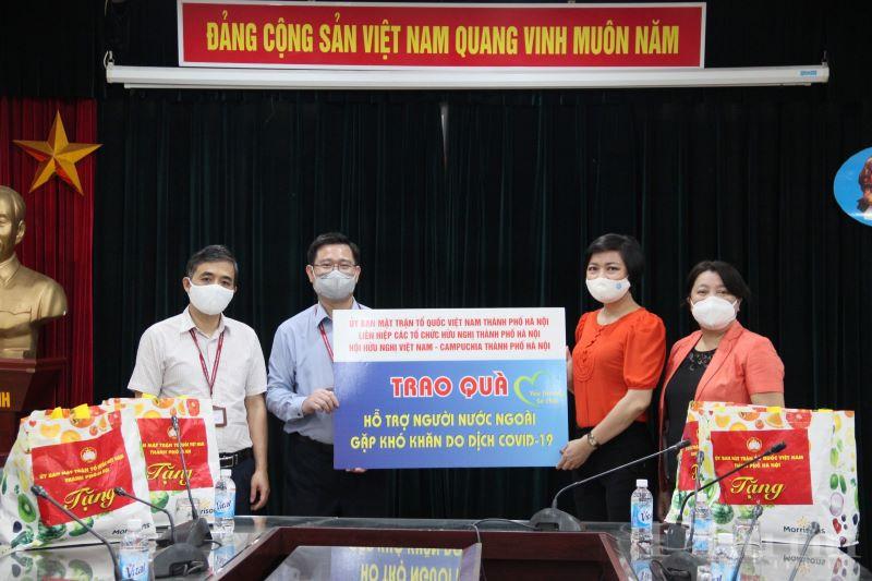 Thông qua lãnh đạo ĐH Mỏ - Địa chất, doàn công tác đã tặng 15 suất quà cho lưu học sinh Campuchia có hoàn cảnh khó khăn đang theo học tại đây.