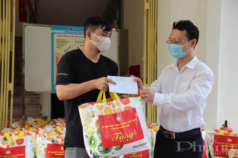 Đồng chí Dương Đăng Trung trao quà, thăm hỏi các lưu học sinh Campuchia có hoàn cảnh khó khăn đang học tại ĐH Kinh tế Quốc dân.
