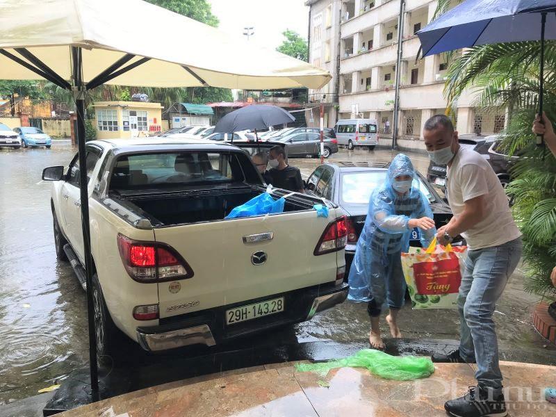 Dù trời mưa nhưng những món quà của MTTQ TP và Liên hiệp các tổ chức Hữu nghị TP Hà Nội vẫn được vận chuyển, trao tận tay các lưu học sinh Campuchia trong sáng 5/9.