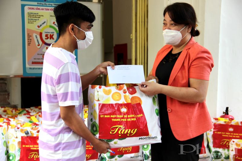 Đồng chí Nguyễn Thị Thu Thủy tặng quà và động viên các lưu học sinh Campuchia yên tâm học tập, vượt qua đại dịch Covid-19.