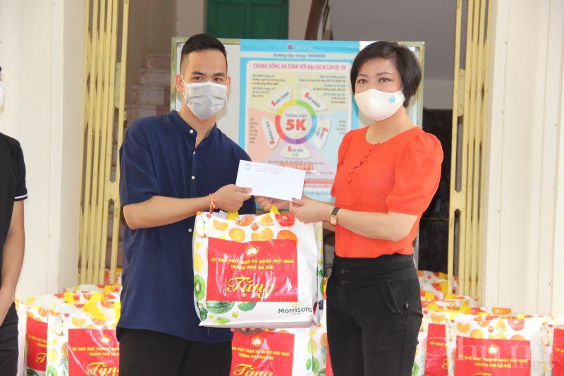 Đồng chí Trần Thị Phương trao quà cho lưu học sinh Campuchia đang theo học tại ĐH Kinh tế Quốc dân.