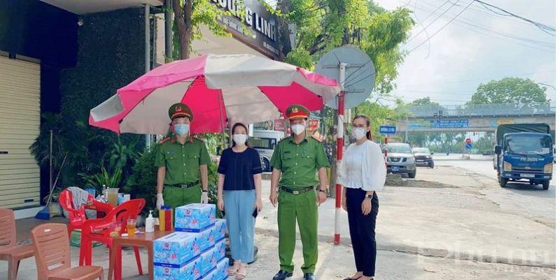 Hội LHPN huyện Đông Anh tặng quà cho các lực lượng tham gia tại các chốt kiểm soát dịch bệnh