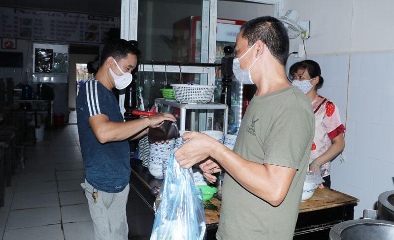 Quán cơm, phở ven đường Cổ Bi (xã Cổ Bi, huyện Gia Lâm) mở cửa bán hàng mang về cho khách.