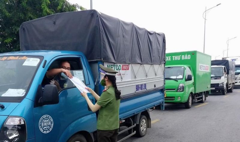 Công an huyện Thạch Thất làm nhiệm vụ kiểm tra giấy đi đường tại các chốt kiểm soát phòng chống dịch Covid-19