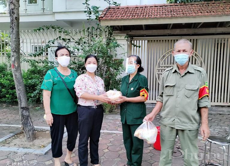 Hội LHPN phường Giang Biên tặng bữa sáng cho các chốt kiểm soát