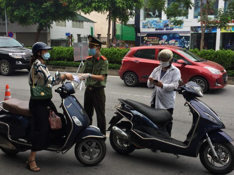 Tổ công tác tại chốt kiểm dịch ở khu vực cầu Chương Dương đang kiểm soát giấy đi đường của người dân