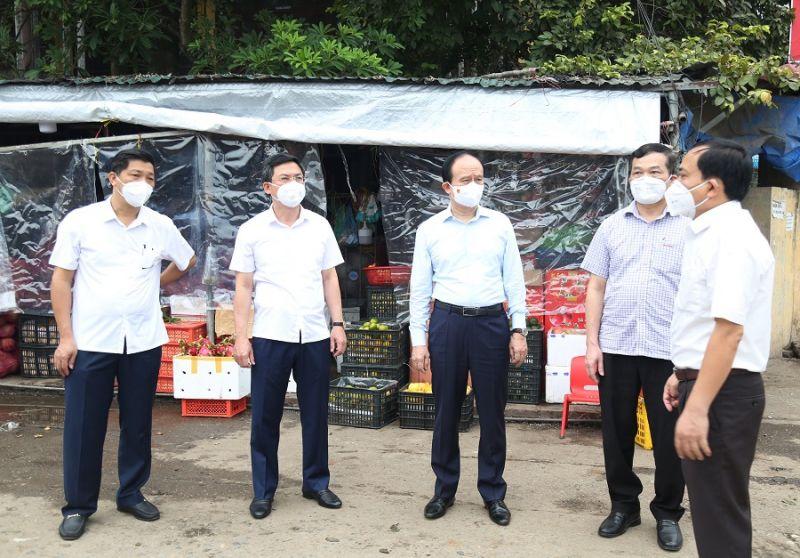 Đoàn công tác kiểm tra thực tế tại chốt kiểm soát phòng chống dịch khu vực chợ Vồi, huyện Thường Tín