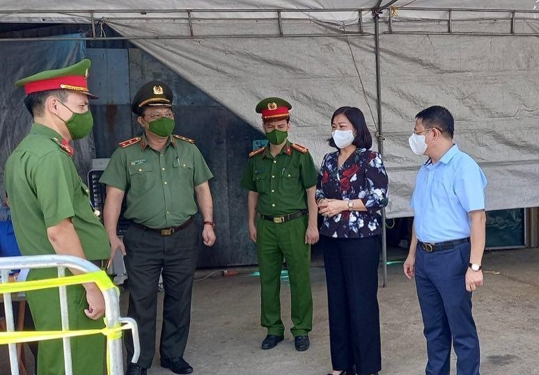 Phó Bí thư Thường trực Thành ủy Hà Nội Nguyễn Thị Tuyến kiểm tra chốt kiểm soát dịch covid -19 tại xã Tiền Phong