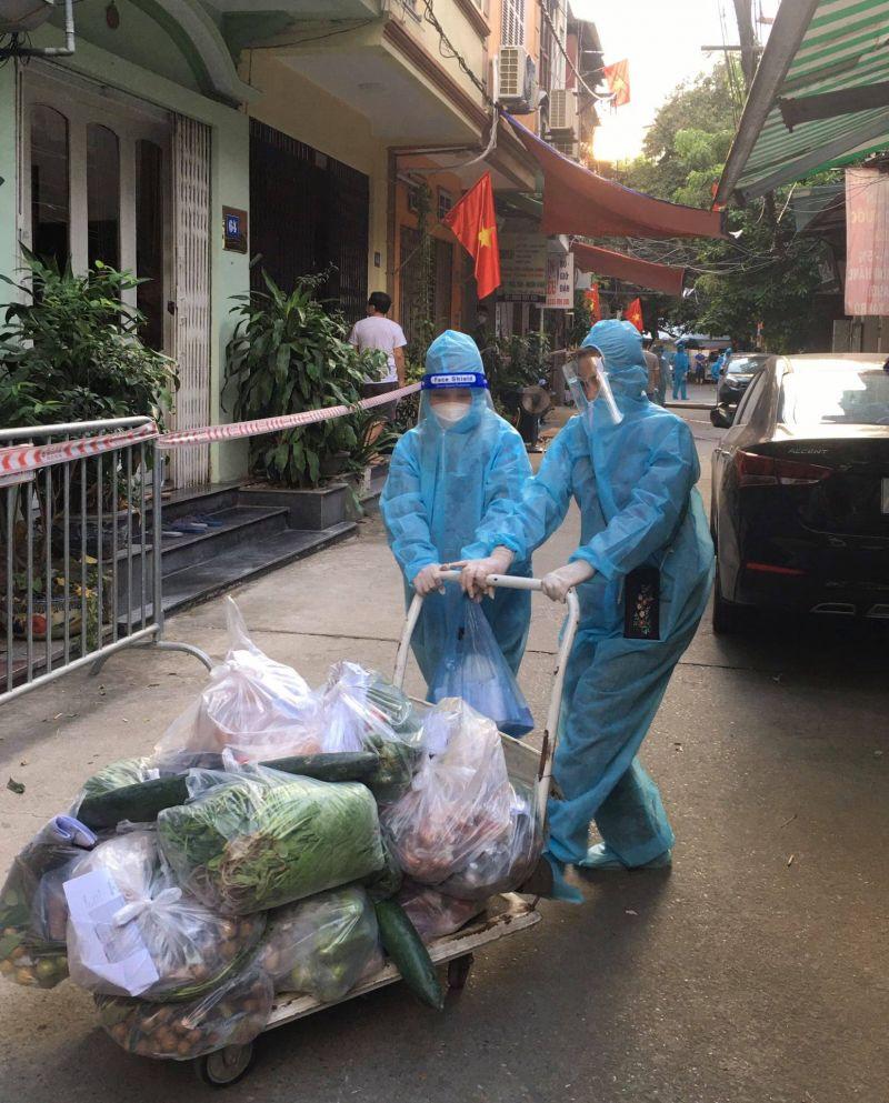 Các hội viên, phụ nữ nòng cốt  thực hiện phân loại và tặng nông sản cho các gia đình đang cách ly tập trung tại phường Thanh Xuân Nam