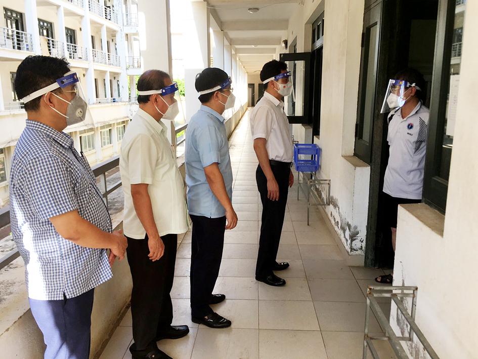 Lãnh đạo quân Thanh Xuân thăm hỏi người dân đang thực hiện cách ly tập trung để phòng, chống dịch bệnh không lây lan ra cộng đồng