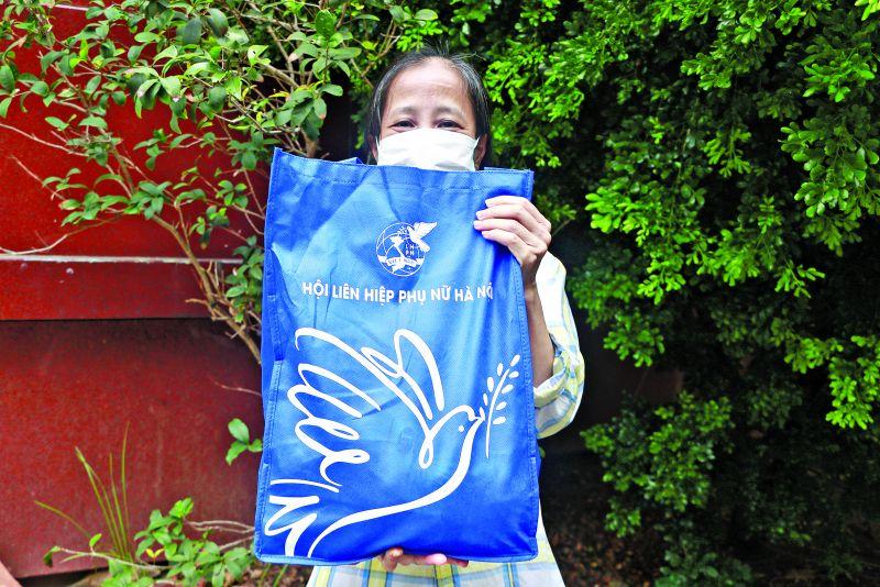 Ánh mắt ánh lên niềm vui của một lao động tự do khi được nhận quà hỗ trợ của Hội LHPN Hà Nội.