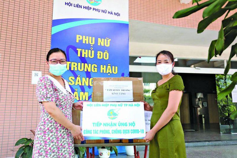 NTK Hoàng Ly trao tặng áo điều hoà cho Hội LHPN Thành phố Hà Nội