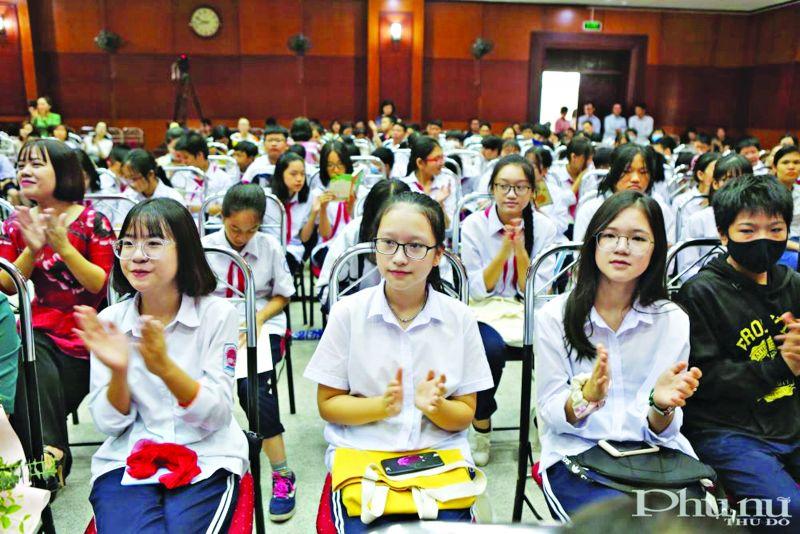 """Học sinh các cấp được rèn luyện và nâng cao tri thức thông qua cuộc thi """"Viết về cuốn sách yêu thích của em"""" do báo Phụ nữ Thủ đô tổ chức."""