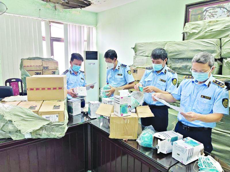 Lực lượng chức năng kiểm tra kho hàng vi phạm tại Phù Lỗ, huyện Sóc Sơn