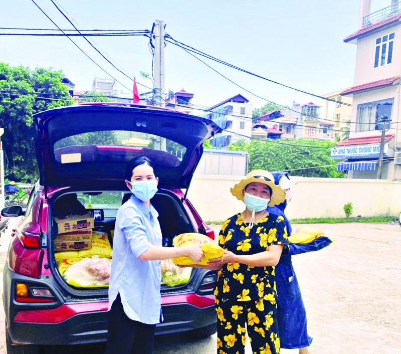 Chị Tạ Thị Hạnh (bên trái) trao quà hỗ trợ cho các gia đình khó khăn trong phường và các địa bàn lân cận