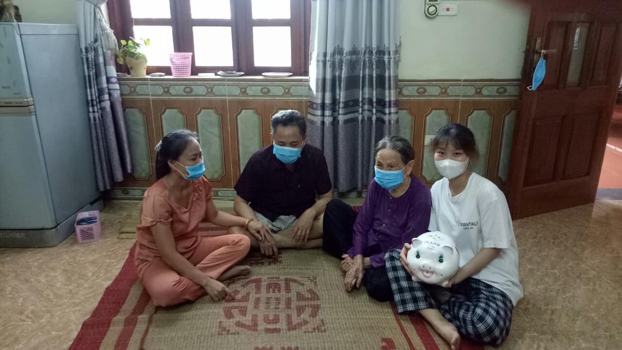 Trước sự chứng kiến của ông bà, bố mẹ, Thùy Trang đập chú lợn đã tiết kiệm suốt mười mấy năm qua